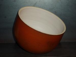 Coupe en grés interieur engobe blanc , bord jaune , exterieur rouge de fer (kaki) .