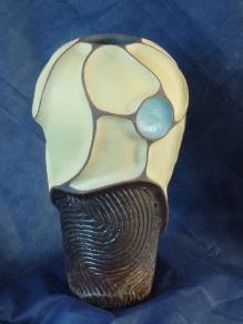 Vase à reliefs avec engobe pistache et turquoise , et gravage avec engobe blanc et noir sous le cendre de chene (6)