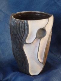 Vase à reliefs engobe lilas et gravage engobe blanc et noir sous la cendre (2)