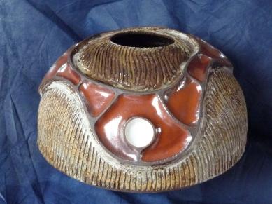Vase en gré 37 cm x 25 cm ,montage plaque et colombins ,rouge de fer et engobe blanc cernés d'engobe terreux noir , gravage avec engobe blanc et noir sous la cendre de chene . (1)