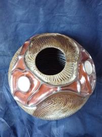 Vase en gré 37 cm x 25 cm ,montage plaque et colombins ,rouge de fer et engobe blanc cernés d'engobe terreux noir , gravage avec engobe blanc et noir sous la cendre de chene (4)