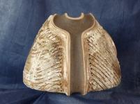 Vase en grés ''tete d'obus'' Haut 18 cm,Base 23 cm,decor en grés blac et porcelaine avec rouge de fer sur fond d'engobe noir et lignes geometrique engobe blanche et cendre de chene (2