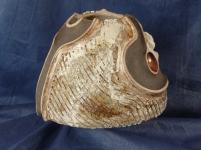 Vase en grés ''tete d'obus'' Haut 18 cm,Base 23 cm,decor en grés blac et porcelaine avec rouge de fer sur fond d'engobe noir et lignes geometrique engobe blanche et cendre de chene (3